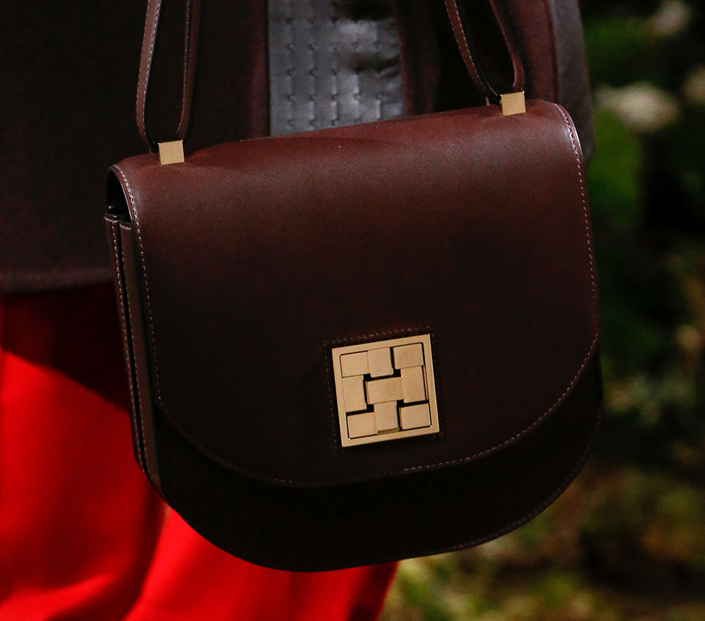 The design is very iconic  some fashionista can spot a Birkin in a distance  away. The boxy shape 3229e8bfa28f3